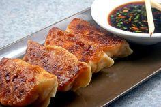Как сделать азиатских пельменей и Potstickers с нуля.  Так весело, легко и вкусно! |  parsleysagesweet.com |  #dumplings #potstickers #pork #shrimp