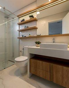 13-banheiro-com-armarios-amadeirados Bathroom Sink Design, Bathroom Layout, Bathroom Interior Design, Compact Bathroom, Small Bathroom, Bath Cabinets, Apartment Plans, Contemporary Interior Design, Decorating Small Spaces