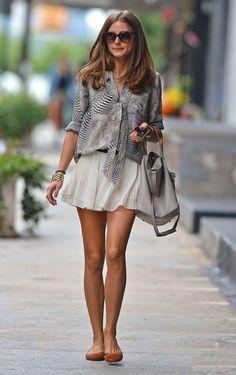 Olha este, para quem é do estilo romântico. Tecidos leves e fluidos, a blusa com um laço. E uma coordenação de estampa básica mas suave.