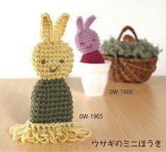 bunny broom for the dust on your desk #crochet 裾にミニほうきが付いたタイプ。 パソコンのキーボードのホコリやデスクまわりのお掃除に使えます
