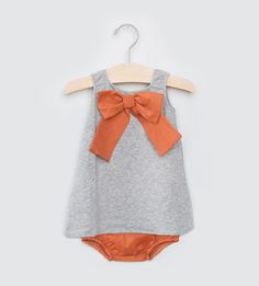 Gris et orange * New * in the Leuie shop and e-boutique, Dreamers of Italy! Fashion Moda, Skirt Fashion, Kids Outfits, Cute Outfits, Kids Wardrobe, Little Girl Fashion, Girls Rompers, Kid Styles, Dress With Bow