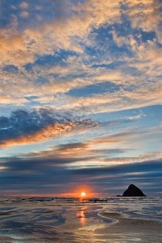 Oregon Coast sunrise ( by Larry Andreassen) This is such a beautiful area. Love the Oregon coast. Beautiful World, Beautiful Places, Beautiful Scenery, Cool Pictures, Beautiful Pictures, Beautiful Sunrise, Oregon Coast, Belle Photo, Beautiful Landscapes