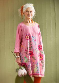 """C'est à partir d'une merveilleuse aquarelle pleine de coquelicots et de fleurs variées, que nous avons créé la robe """"Vallmo"""". Avec son motif imprimé sur un tissu de coton/soie et ses broderies ornées de perles en verre coloré, voilà une véritable tenue de fête ! Un ravissant modèle à l'ampleur généreuse."""