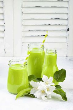 Express Green Smoothie - Breakfast Express Green Smoothie - A morning secret weapon! Low-cal, nutrient-packed and delicious! How To Make Smoothies, Healthy Green Smoothies, Green Smoothie Recipes, Healthy Detox, Smoothie Drinks, Fruit Smoothies, Smoothie Detox, Green Breakfast Smoothie, Breakfast Smoothie Recipes