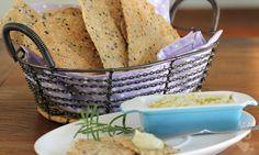 Lavash - Lavash (já vi grafado como lavosh também, mas optei pela grafia da Wikipédia) é um pão típico da Armênia, bem fininho, feito com farinha de trigo e sem fermento. Pode ficar maleável ou fino e crocante, depende da espessura que você abrir da massa.