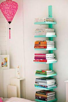 Estante de livros com sobras de madeira