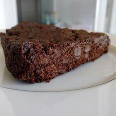 Brownie saudável e vegano? 😱❤️ Sim, existe! 🙌🏼 Receita linda da querida @fs_fabianasabatini nas mãos da minha amiga do 💜 @faridacortez 😍👏🏼 🌿 Brownie vegano e nutritivo🌿 Ingredientes 🔼2 xíc farinha de aveia peneirada (use sem glúten, se preferir) 🔼1/2 xíc de cacau em pó 🔼1 c chá cheia de canela em pó 🔼1 pitada de sal 🔼1 c chá de fermento em pó 🔼1/2 xíc de óleo de coco derretido 🔼3/4 xíc de melado de cana 🔼1 xíc de chocolate 70% picado Pré aquecer o forno por 30 minutos a…