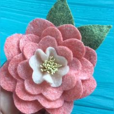 This flower made of pink fabric turned out just beautiful! Paper Flowers Diy, Flower Crafts, Easy Fabric Flowers, Zipper Flowers, Fabric Flower Headbands, Flower Diy, Felt Crafts Diy, Felt Diy, Handmade Felt