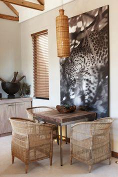 le style colonial contemporain, meubles en bois naturel et en rotin, grand poster photo imprimé léopard