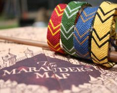 Embroidery Bracelets Patterns I need to make these! - This listing is for ONE friendship bracelet inspired by the scarves Hogwarts students wear in the Harry Potter movies. These bracelets are a perfect gift for any Harry Potter fan! Bijoux Harry Potter, Harry Potter Diy, Harry Potter Hogwarts, Harry Potter Bracelet, Embroidery Floss Bracelets, Diy Friendship Bracelets Patterns, Embroidery Shop, Bracelet Crafts, Embroidery Techniques