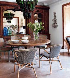 DECORALINKS.COM : Espacio para la sorpresa: mesa realizada con antiguas vigas de olmo, lampara hecha en la India con botellas de vino y la de sobremesa con una barandilla de escalera. Todo de Luzio