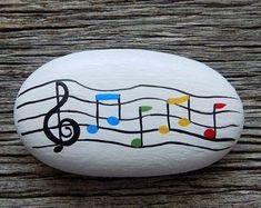 Kieselsteinkunst Rainbows painted on rock Rock Painting Patterns, Rock Painting Ideas Easy, Rock Painting Designs, Pebble Painting, Pebble Art, Stone Painting, Painted Rocks Craft, Hand Painted Rocks, Painted Pebbles