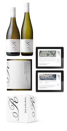 Très grande visibilité de la marque. Utilisation d'une police traditionnelle d'étiquettes de vin. Par contre, ça serait trop classic pour nous.