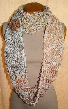 Bufanda Circular con prendedor de Flor, tejida en dos agujas y en Crochet.