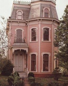I Love Unique Home Architecture. Simply stunning architecture engineering full of charisma nature love. The works of architecture shows the harmony within. Pink Houses, Old Houses, Dream Houses, Beautiful Buildings, Beautiful Homes, Victorian Style Homes, Victorian Houses, Victorian Era, Victorian Windows