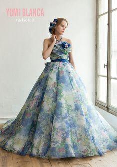 7c140d36e2784 色鮮やかで多色感のある華やかな花柄プリントを活かす為に、シンプルなドレスに仕上げ、たっぷりと使ったオーガンジーが軽やかさと透明感を演出しています。