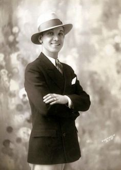 men's fashion - Young Man in Blue Blazer, White Duck Trousers, and Straw Hat. Summer Ivy League look. Quite Fashionable for the www. 1920s Outfits, Vintage Outfits, 1920s Mens Clothing, Vintage Clothing, Retro Fashion, Vintage Fashion, Fashion 1920s, Fashion Hats, Womens Fashion