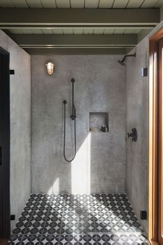 Concrete Shower Walls and black shower fixtures in Industrial Bathroom design via ElleDecor Cement Bathroom, Concrete Shower, Concrete Cement, Bathroom Faucets, Cement House, Shiplap Bathroom, Sinks, Industrial Bathroom Design, Bathroom Interior Design