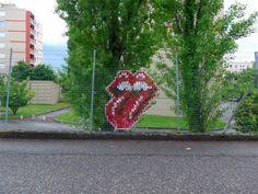 O inconfundível logo dos Rolling Stones bordado em alambrado de Lyon, França: é apenas ponto-cruz, mas nós gostamos (Fotos: Urban & Stitch)