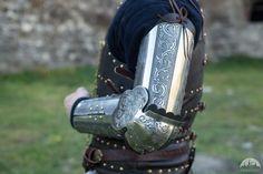 Brassards d'armure médiévale gravée «Chevalier de la Fortune»