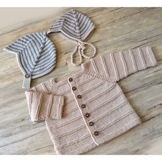 Knitted Pattern Ridge Pattern Cardigan and Helmet – (A) - Knitting Crochet Baby Boy Cardigan, Knitted Baby Cardigan, Knitted Baby Clothes, Baby Cardigan Knitting Pattern Free, Baby Knitting Patterns, Quick Knits, Moss Stitch, Knitting For Kids, Baby Sweaters