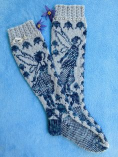 Free pattern in Finnish. I don't understand a word Finnish but I can knit socks and read charts. Loom Knitting Patterns, Knitting Stitches, Knitting Socks, Free Knitting, Knitting Projects, Knitting Tutorials, Stitch Patterns, Knitting Machine, Vintage Knitting
