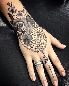 Tatuagem na mão de indianas