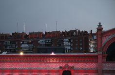 Chimeneas / Chimneys. Fotografía: Luis Otero Huarotte ___ #chimeneas #chimenea #chimney #chimneys #rosado #luzrosa #neonlights #pinklight #pinklights #pinkneon #tejados #tejadosdemadrid #roofs #roofscape #streetphotos #streetphoto #madrid #atardeceres #madridcity