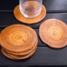 Charme para a mesa e para o décor, o jogo para apoio de copos feito com lâminas de tronco de árvore tratado traz o rústico como charme na hora de servir.