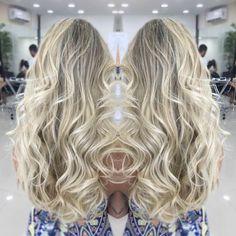 #mulpix Quando se decide ser loira , vc está assinando um contrato vitalício de cuidados ao seu cabelo !!! Sim loira não tem meio termo , ou vc cuida do loiro ou loiro abandona vc !! Por isso pense bem a antes de entrar para o mundo das  #blond !! É lindo , é poderoso e combina com todas , mais da trabalho !!! Mais se cuidar , não tem mistério , ele fica cada vez mais poderoso !!!  #andrewithymman #reidasmechas #hair #hairblond #blond #blonde #wellA #platinado #perolado #loirodossonhos…
