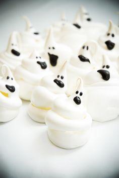 Deliciosos y creativos merengues de fantasmas para esta época de miedo, hazlos, a tus hijos les encantarán.