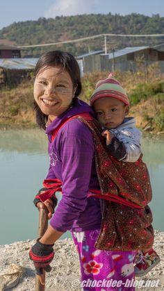 Jeune maman travaillant à la sortie d'une mine de rubis, Birmanie. http://chockdee-blog.net/mines-rubis-mogok/