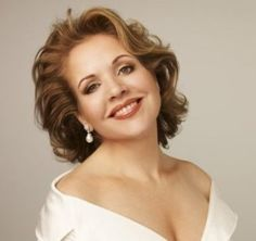 Renée Fleming (born February is an American soprano specializing in opera and lieder. Fleming has a full lyric soprano voice. Fleming has p Opera Music, Opera Singers, Renee Fleming, Metropolitan Opera, Photoshoot Inspiration, Classical Music, Music Is Life, Pretty Woman, Style Icons