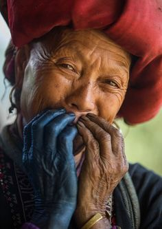 Réhahn Photography ~ A Red Dao with blue dye on her hand. ~ Sapa