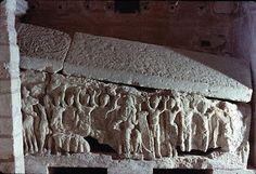 Sarcófago del obispo Angilberto, cripta de Jouarre, Francia. s.VII. Cristo Juez sentado en el Juicio final, los elegidos levantando las manos. Arte merovingio