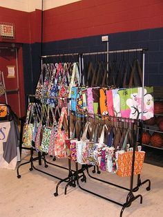 Bag displays > The problem I had with garment racks for purses was the sturdiness. It needs to be heavy duty and if you do out door displays, wind proof! Stall Display, Craft Booth Displays, Store Displays, Display Ideas, Craft Booths, Booth Ideas, Garage Sale Tips, Handbag Display, Craft Stalls
