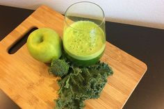 Natural Detox Juice 1 – 2 green apples 3 – 4 kale leaves (Tuscan cabbage) 1 cucumber 1 head of broccoli 1 handful of parsley 1-inch/2.5 cm piece of jalapeno pepper 1-inch/2.5 cm piece of ginger ground turmeric, for garnish (optional)
