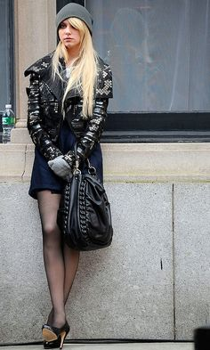 It's Bad Girl Jenny Humphrey (Taylor Momsen) Rocking A Beanie Hat In New York, 2009 Gossip Girl Outfits, Gossip Girl Fashion, Fashion Tv, Womens Fashion, Jenny Gossip Girl, Estilo Gossip Girl, Gossip Girls, Taylor Momsen Style, Taylor Michel Momsen