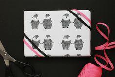 Papel imprimible con pareja de pingüinos // free-printable-penguin-wrapping-paper