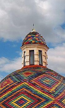 Tejado con diseño multicolor.