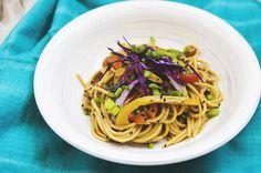 Soy una gran fanática de la cocina Thai y en general de toda la gastronomía asiática. Esta receta es una adaptación vegana de una variedad inmensa de platillos que utilizan tallarines, en esta ocas...