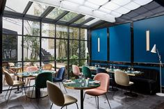 Le Roch Hotel & Spa Paris, a 5 star boutique hotel in the heart of Paris, near the Rue Saint Honore in the arrondissement. Discover the hotel in pictures. Hotel Le Roch Paris, Le Roch Hotel, Decoration Restaurant, Hotel Decor, Restaurant Design, Paris Hotels, Spas, Spa Paris, Spa Hotel