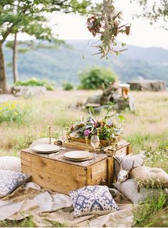 Beautiful elopement picnic ideal for the simple couple. Can plan one of these… Picnic Date, Summer Picnic, Night Picnic, Picknick Snacks, Romantic Picnics, Outdoor Dining, Hygge, Just In Case, Fancy