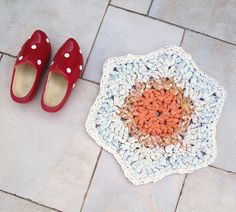 Crocheted Rag Rug Bathmat - made from sheets with tuto on how to rip sheets to crochet