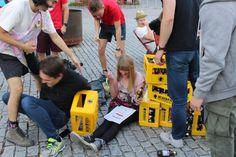 """Biermarathon FH Vorarlberg Am Samstag hat ÖH FH Vorarlberg mit den BA, Ma Studierenden und Incomings den Biermarathon durchgeführt. Aufgabe der Studierenden war es von der FH über den Zansenberg, in zweier Teams, eine Kiste Mohren zu transportieren und zu Trinken. Beim Zieleinlauf mussten, die zwanzig Flaschen gelehrt sein. Kurioses während dem Wettbewerb:"""" Bierkiste wurde verloren, Rucksack wurde vergessen, und die Strecke zweimal gelaufen, Teams haben sich verlaufen u.ä. Es hatten alle… Marathon, App, Sports, Photos, Left Out, Flasks, Drinking, Hs Sports, Pictures"""