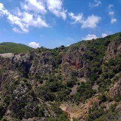 La vallata formata dal Rio Oridda.  #escursione #piscinairgas #montimannu #villacidro #montelinas #sardegna #sardinia #italia #italy #escursionismo #trekking #hiking #hike #natura #nature #volgosardegna #igersardegna #valle #skyporn #cloudporn #montagna #mountain #panorama #landscape #oridda #outdoor #veganhiker #vegantrekker #vegantraveller #veganbackpacker