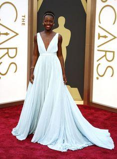 Os looks do Oscar mais incríveis dos últimos tempos! - Lupita Nyong'o nesse Prada memorável