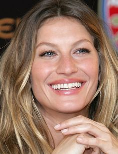 Gisele Bundchen also chose the invisible option to straighten her teeth Gisele Bundchen, Gisele Hair, Hair Dos, My Hair, Beauty And Fashion, Great Hair, Fall Hair, Summer Hairstyles, Mannequins