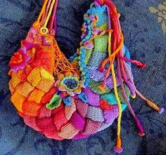 No instructions or pattern, but I would love to create this purse. It's great!