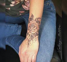 Willst du das aber ohne die drapierte Kette mit den Punkten #tattooedgirls Diy Tattoo, Tattoo Henna, Tattoo Fonts, Mandala Tattoo, Tattoo Ideas, Tattoo Trends, Flower Wrist Tattoos, Girly Tattoos, Disney Tattoos